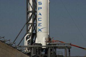 Logo společnosti SpaceX na trupu rakety Falcon 9