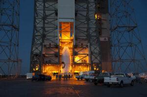 Nad ránem dovezl transportér náklad k hale, kde se chystá raketa.