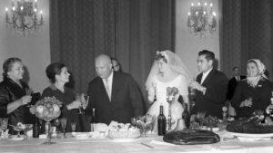 Nikita Chruščov během přípitku na svatbě Těreškovové a Nikolajeva
