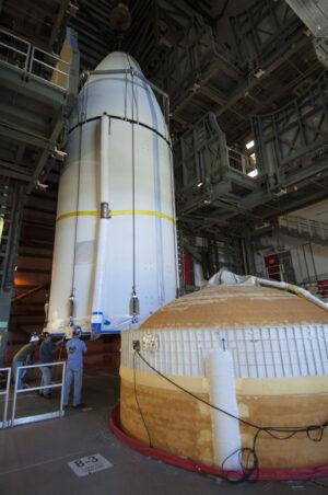 Už je skoro hotovo, vpravo vidíte horní část rakety Delta IV, kam se bude aerodynamický kryt připojovat.