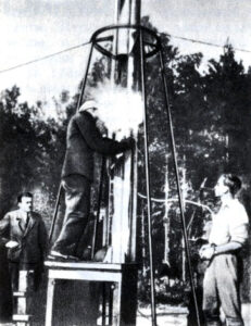 Plnění GIRD-09 palivem. Zcela vlevo stojí Koroljov