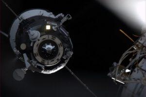 Fotografie přilétajícího Progessu M-19M. Na fotografii je vidět vyklopená i nevyklopená anténa.