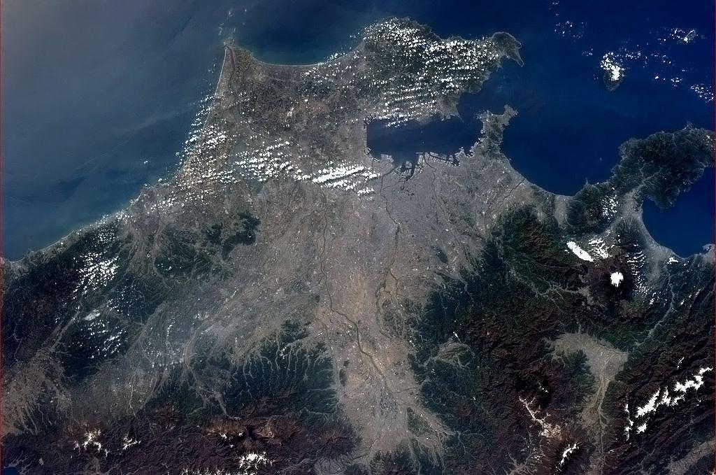 Tokijský přístav a zasněžená hora Fudži