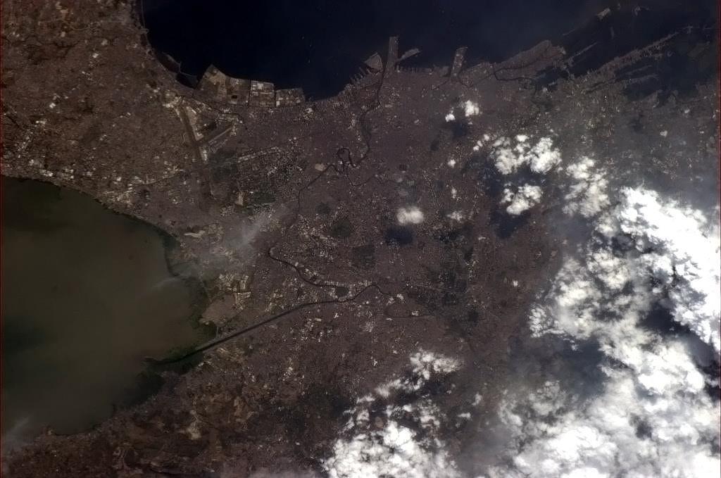 Večerní Manila, hlavní město Filipín. Na fotce je dobře vidět místní přístav.