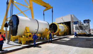 Bloky, ze kterých vznikne testovací motor na tuhá paliva. Skládání probíhá na základně v Utahu.