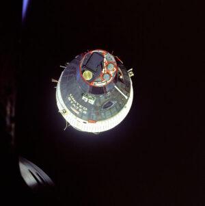 Gemini 7 vyfotená z okienka lode Gemini 6A pri spoločnej misii.