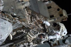 Chris Cassidy a Thomas Marshburn během neplánovnaého výstupu do otevřeného kosmu