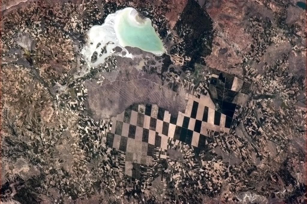 Velké a malé zemědělské plochy v Turecku.