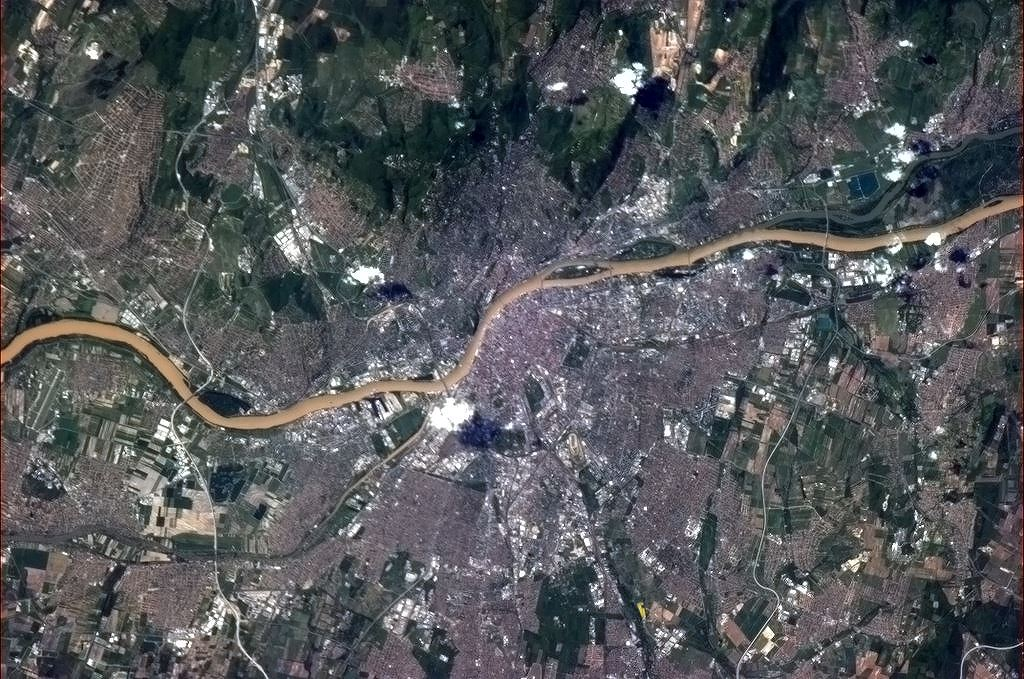 Budapešť při pohledu z výšky víc než 400 kilometrů. Jasně patrný je Dunaj i okolní kopce, které se na jaře rychle zazelenaly.