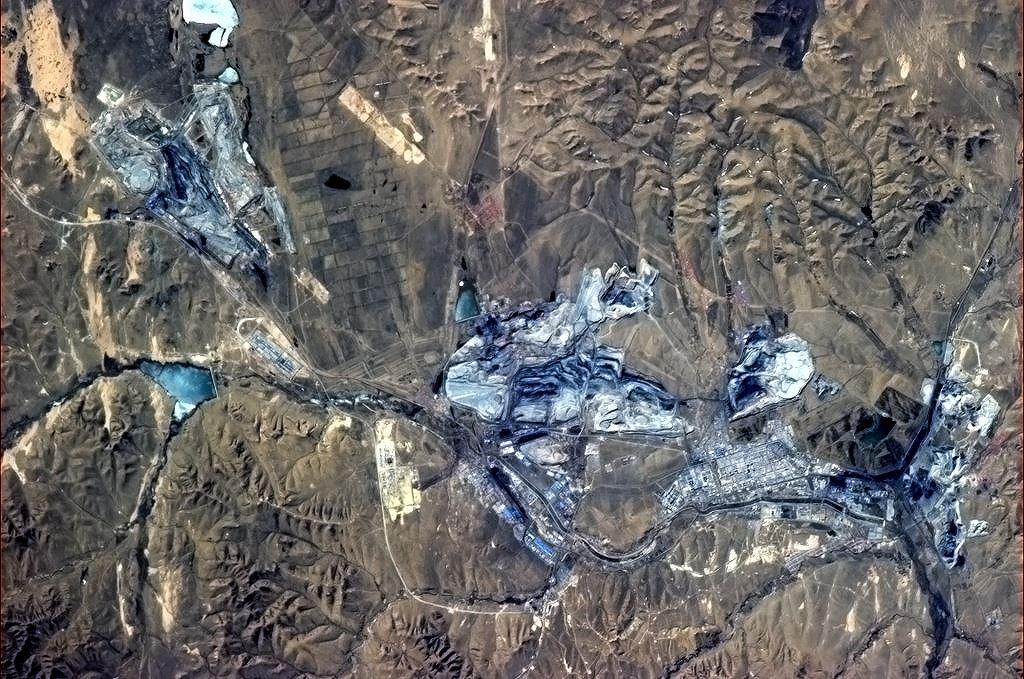 Lom v severní Číně. Odhalené stěny hází modré odlesky.