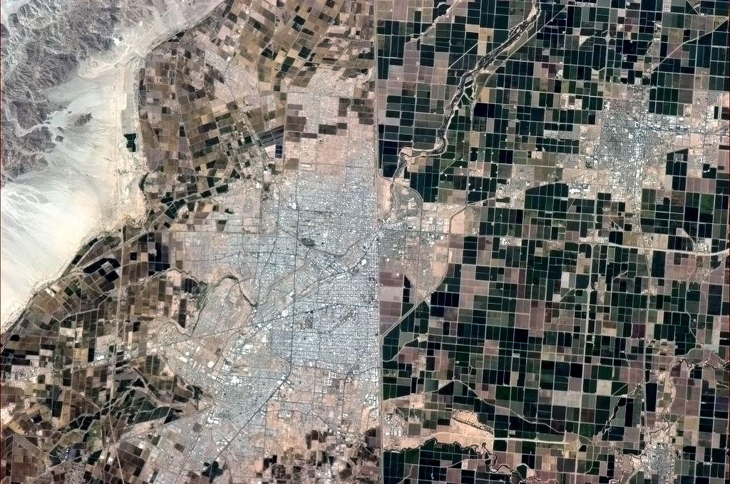 Mexicko - americká hranice je jasně patrná i při pohledu z oběžné dráhy.