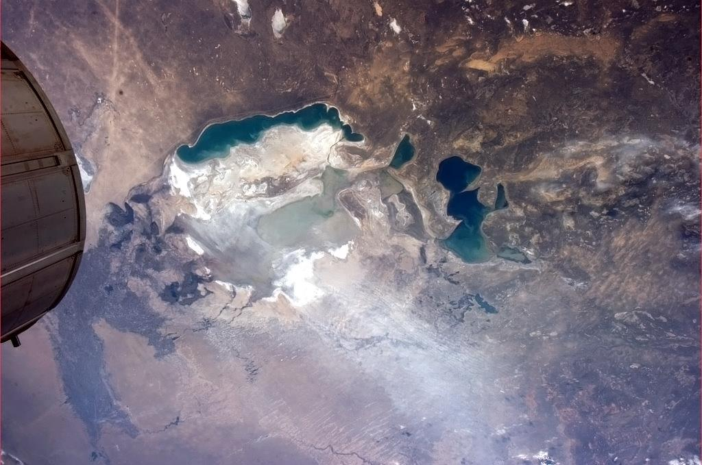 Vítr zvedá prach z míst, kde ještě před několika desítkami let bylo dno Aralského moře.