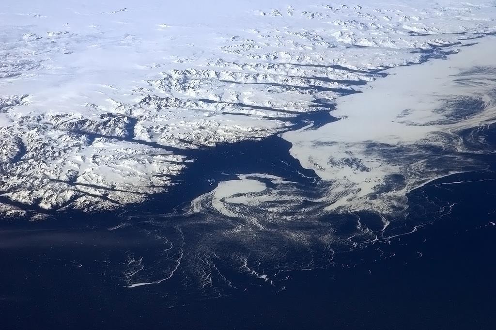 ISS sice přímo nad Grónskem nepřelétá, ale ledovce na největším ostrově světa jsou ze stanice dobře vidět.