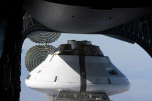 Maketa kosmické lodi Orion těsně před vyhozením z letadla