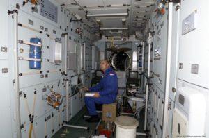 André Kuipers během výcviku v maketě ISS.