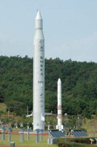 Replika rakety Naro. Veľký prvý stupeň dodávalo Rusko, druhý stupeň si vyrobila Južná Kórea.