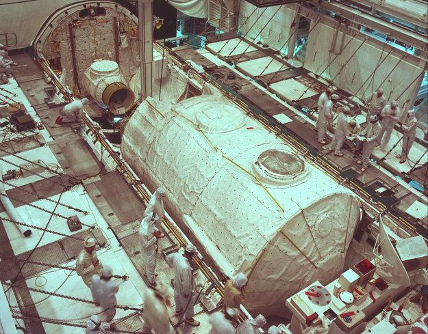 První Spacelab v nákladovém prostoru raketoplánu Columbia.