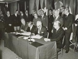 Podpis Memoranda o porozumění mezi zástupci ESRO a NASA v roce 1973.