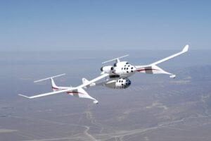 Zde jsou vidět předchozí verze jak letadla, tak i samotného raketoplánu. Na obrázku je loď SpaceShipOne zavěšená na White Knight.