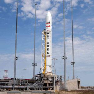 Raketa Antares na odpaľovacej rampe.
