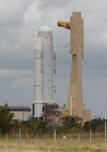 Poměrně neobvyklý snímek zachycující raketu Ariane 5, která vynese loď ATV-4. Fotka vznikla během převozu do montážní haly, kde se na špičku nosiče umístí kosmická loď.