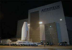 Družice WGS-5 opouští montážní halu společnosti Astrotech.
