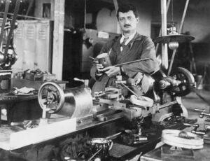 Herman Oberth ve dvacátých letech, při výrobě rakety.