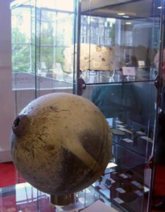 Malé návratové puzdro zo stanice Almaz. Kozmonauti v ňom na Zem dopravili kazety s filmami a fotkami a menšie experimenty.