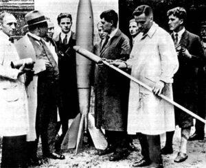 Tým VfR při přípravě ke zkoušce raket. Zcela vpravo je vidět i Werner von Braun.