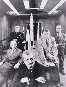 Herman Oberth, Werner von Braun a zástupci americké armády, pózují v Redstonské zbrojovce v polovině padesátých let.