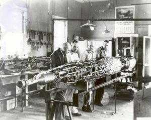 Goddard a jeho tým při konstrukci jedné z raket.