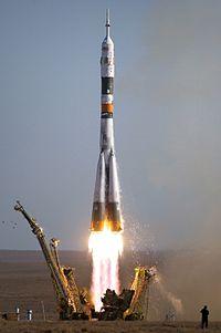 Raketa Sojuz-FG štartuje s rovnomennou kozmickou loďou.