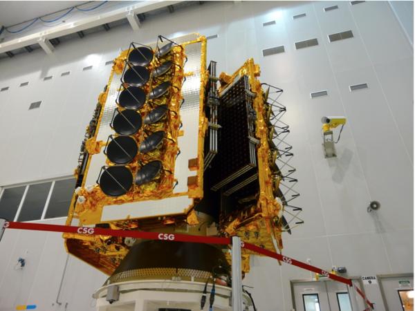 Čtveřice satelitů systému O3B ještě v montážní hale před připojením k hornímu stupni Fregat.