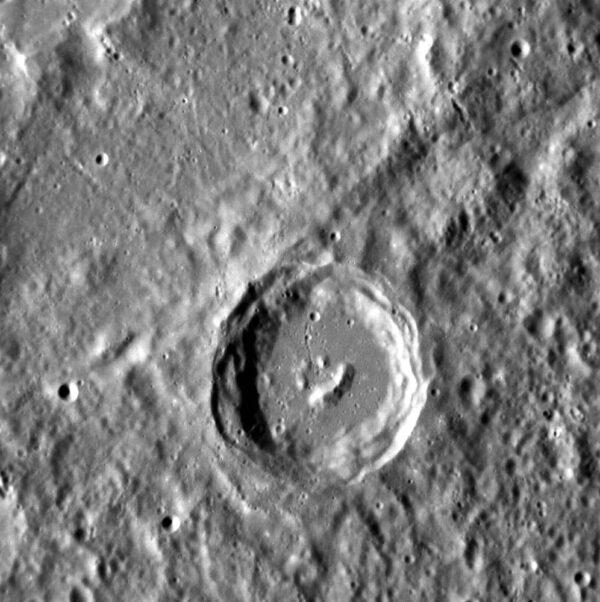 Toto je kráter na planéte Merkúr. Zaujímavý je hlavne smajlík v jeho vnútri. Čo všetko príroda nevymyslí. Túto fotografiu na Zem odoslala sonda MESSENGER, ktorá namenšiu planétu Slnečnej sústavy obieha už takmer tri a pol roka.