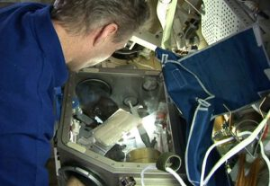 Evropský astronaut Thomas Reiter při práci na zařízení AstroLab, ve kterém se prováděl i experiment Leukin.