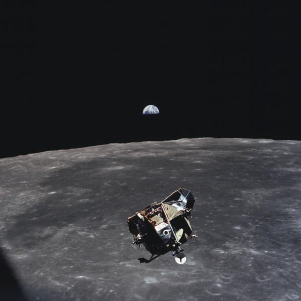 Fotka, na ktorej je celé ľudstvo okrem Michaela Collinsa.