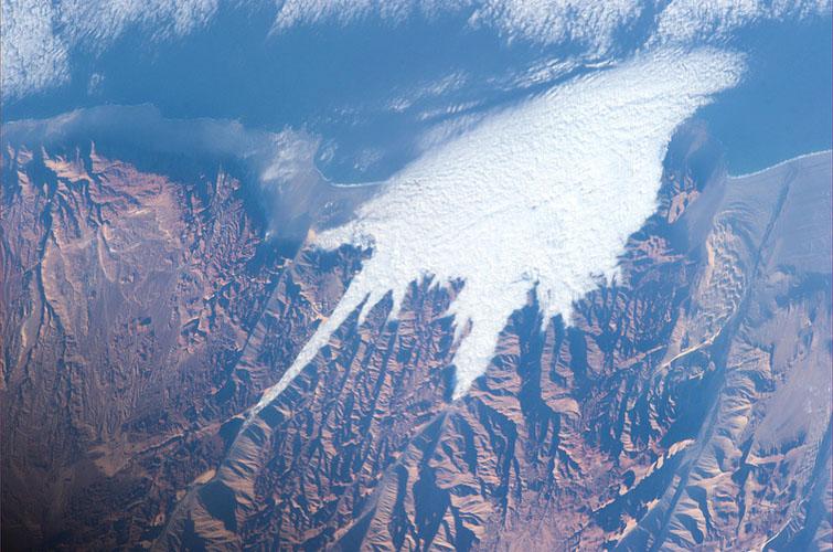 Mraky z Tichého oceánu narazily na Andy. Mohutné pohoří se jim postavilo do cesty - mračna mohla projít pouze přes nižší průsmyky, zatímco vrcholky zůstaly nad oblaky.