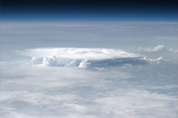 Formování bouřkových mraků nad Japonskem