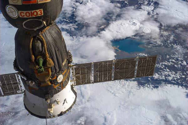 Nad solárním panelem lodi Sojuz je vidět čínské jezero Koko Nor.