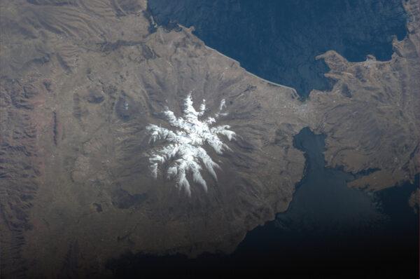 Zasněžená hora blízko bolivijského hlavního města La Paz.