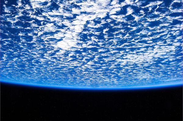 Ne, tenhle obrázek opravdu nevznikl počítačovou animací. I takto psychedelicky mohou z oběžné dráhy vypadat mraky.
