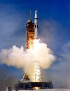 Raketa Saturn IB s vesmírnou loďou Apollo-ASTP.