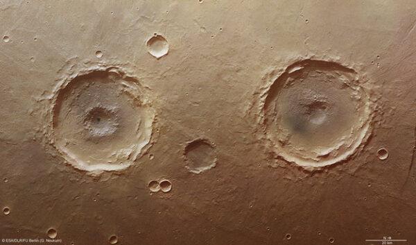 Ďalšia záhada z Marsu odfotená sondou Mars Express. Krátery Arima Twins. Čo je na nich také zaujímavé? Ležia veľmi blízko pri sebe.Oba sú široké približne päťdesiat kilometrov. Veľkosť ich stredových jám však nie je rovnaká ani podobná. Vedci sa domnievajú, že to mohli spôsobiť podpovrchové explózie.