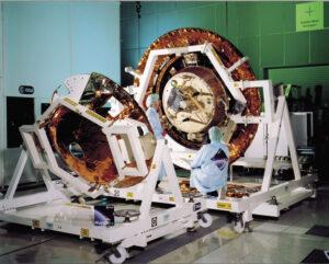 Příprava sestupového modulu. V přední části můžeme vidět aerodynamický kryt, za ním pak sestupový modul s připojeným tepelným štítem.