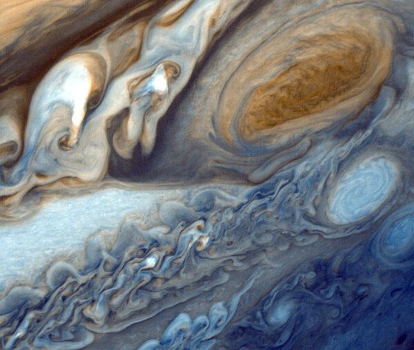 Jupiterova veľká červená škvrna zachytená sondou Voyager 1. Fotka je v nepravých farbách.