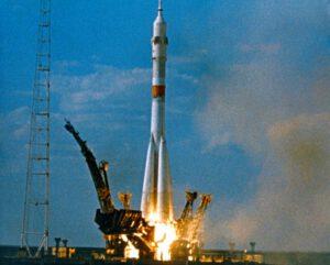 Raketa Sojuz U s loďou Sojuz-19 krátko po štarte.