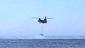 IXV na laně pod helikoptérou