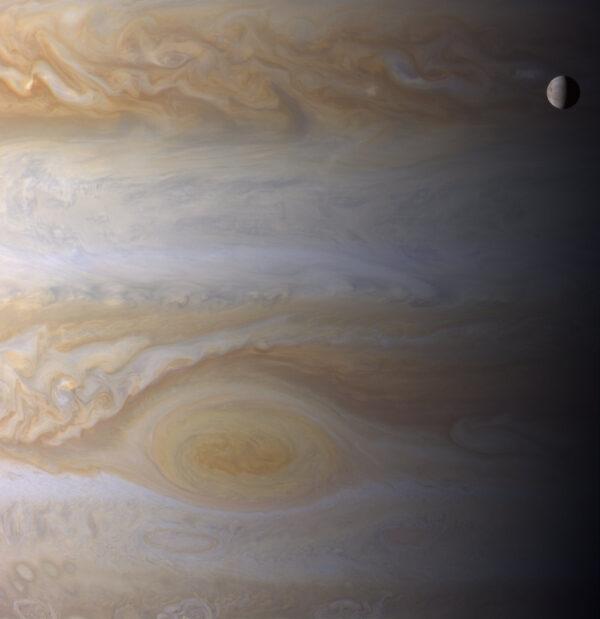 2. ledna 2001 Cassini pořídila tento nádherný snímek, na kterém můžete vidět měsíc Europa a Velkou rudou skvrnu na Jupiteru.
