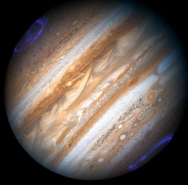 Polárna žiara na planéte Jupiter.