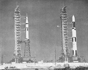 Vpravo raketa Saturn-V. Pod aerodynamickým krytom má uložený Skylab s teleskopom ATM. Vľavo jedna z troch rakiet Saturn-IB s loďou Apollo.